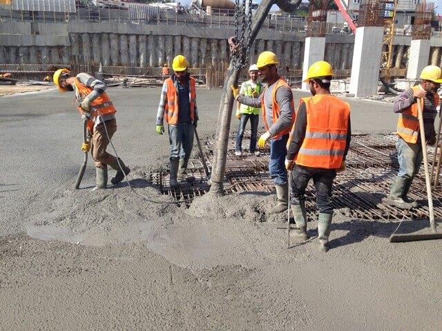 Beton dökümü sırasında vibrasyon işlemini dikkatli yapmalıyız.