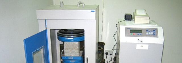 Beton basınç dayanımı testlerinde numune boyutu önemlidir.